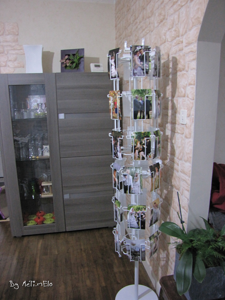 Un plan de table original un pr sentoir cartes postales for Porte carte postale sur pied