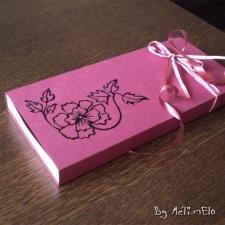 Boîte coulissante en papier canson, contenant un mini album de scrapbooking.
