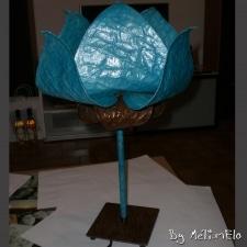 Lampe en papier népalais en forme de fleur, avec une armature en fil de cuivre.